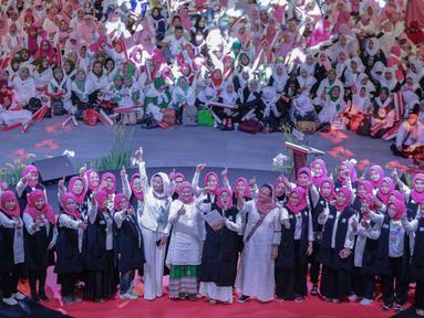 Massa yang tergabung dalam Arus Baru Muslimah berikrar untuk memenangkan pasangan capres-cawapres nomor urut 01 Joko Widodo dan Ma'ruf Amin dalam Pilpres 2019 di Istora Senayan,  Jakarta, Minggu (24/2). (Liputan6.com/Faizal Fanani)