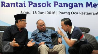 Menteri Perdagangan, Thomas T Lembong (kanan) berbincang dengan Direktur OPP Bulog, Wahyu Suparyono (tengah) dan Paguyuban Peternak Sapi dan Kerbau Indonesia, Teguh Boediyana saat diskusi di Jakarta, Sabtu (18/6). (Liputan6.com/Helmi Fithriansyah)