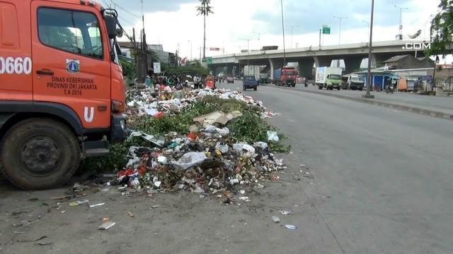 Akibat rusaknya satu alat berat, sampah satu kecamatan Cilincing menumpuk di Tempat Pembuangan Sampah Sementara di Kecamatan Cilincing. Tumpukan sampah mengganggu pengendara yang melintas di jalan raya Cakung-Cilincing