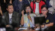 Ketua YLBHI Asfinawati (tengah) menyampaikan keterangan pers di Jakarta, Kamis (7/3). Mereka meminta agar pihak kepolisian membebaskan Robertus Robet karena lagu yang dinyanyikan Robertus tidak bermaksud menghina institusi TNI (Liputan6.com/Faizal Fanani)
