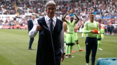 Pelatih Manchester City, Manuel Pellegrini melepas jaketnya usai pertandingan melewan Swansea City di Stadion Liberty, Inggris (15/5). Ini merupakan pertandingan terakhir Pellegrini bersama Manchester City. (Reuters / Peter Cziborra)