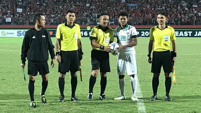 Striker Timnas Indonesia U-16, Amiruddin Bagus Kahfi Alfikri (kedua dari kanan) masih memimpin daftar top scorer Piala AFF U-16 2018. (Twitter/ASEAN Football)#source%3Dgooglier%2Ecom#https%3A%2F%2Fgooglier%2Ecom%2Fpage%2F%2F10000