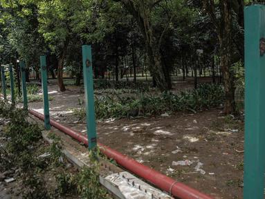 Kondisi pagar tanaman yang dirusak oleh suporter pada Final Piala Presiden 2018 di Stadion Utama GBK, Jakarta, Minggu (18/2). Laga antara Persija Jakarta vs Bali United menyisakan kerusakan di dalam dan luar GBK. (Liputan6.com/Faizal Fanani)