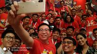 Bos Xiaomi Indonesia Steven Shi berfoto dengan Mi Fans menggunakan Redmi Note 5 (Foto: Xiaomi Indonesia)
