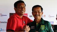 Pelatih Bali United Widodo Cahyono Putro (kiri) dan arsitek Persebaya Surabaya Djadjang Nurjaman. (Bola.com/Aditya Wany)