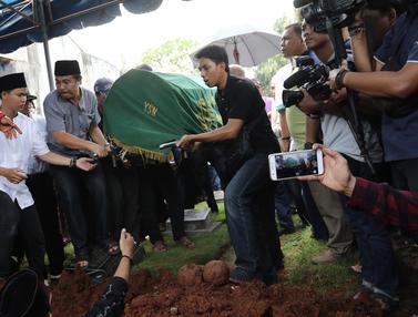 Suasana Haru Keluarga dan Kerabat Iringi Pemakaman Eko DJ