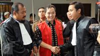 Hengki Kawilarang bersalaman dengan penasehat hukumnya jelang sidang keduanya di Pengadilan Negeri Jakarta Selatan,  Senin (29/6/2015). Sidang beragendakan eksepsi alias nota pembelaan dari pihak Hengki. (Liputan6.com/Panji Diksana)