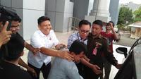 Kabid Pemberdayaan Desa Provinsi Sulbar digiring masuk ke mobil tahanan oleh penyidik Kejati Sulsel (Liputan6.com/ Eka Hakim)