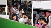 Ratusan pencari kerja memadati arena Bursa Kerja di kompleks Pemerintahan Kota Serang, Banten, Sabtu (26/4). (ANTARA FOTO/Asep Fathulrahman)