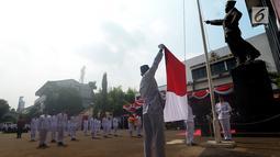 Pasukan pengibar bendera mengibarkan bendera merah putih saat peringatan Detik-detik Proklamasi Kemerdekaan ke-73 di Universitas Bung Karno (UBK), Jakarta, Jumat (17/8).(merdeka.com/imam buhori)
