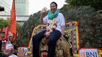 Menteri BUMN Rini Soemarno naik di atas kepala Reog saat pembukaan PORSENI BUMN 2015, Jakarta, Minggu (8/11/2015). Acara ini diharapkan mampu memunculkan bintang-bintang baru di berbagai cabang olah raga dan kesenian. (Liputan6.com/Faizal Fanani)