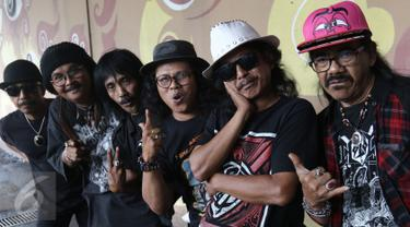 """Grup musik Orkes Melayu Pengantar Minum Racun (OM PMR) berpose saat peluncuran single terbarunya yang berjudul """"Too Long To Be Alone"""" di Jakarta, Rabu (15/3). (Liputan6.com/Herman Zaharia)"""