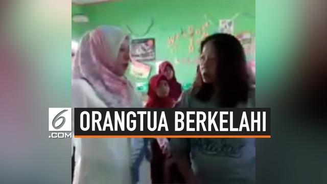 Viral sebuah video di media sosial, orangtua murid melakukan aksi kekerasan kepada guru di dalam ruang kelas. Ini terjadi di SD Negeri Pa'bangiang, Sulawesi Selatan.