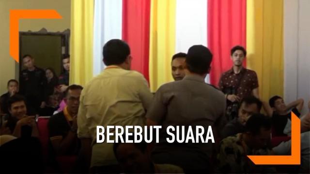 Dua saksi terlibat adu mulut pada rekapitulasi KPU Polewali Mandar, Sulawesi Barat. Keduanya adalah saksi dari Partai Demokrat dan Gerindra.