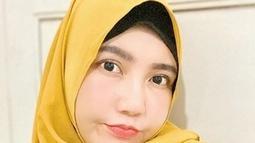 Gaya penampilan Via Vallen dengan berhijab selalu menyita perhatian. Perempuan berusia 29 tahun ini memang terlihat semakin cantik dengan hijab. Terlebih, hijab tersebut berwarna kuning semakin membuatnya terlihat cerah. (Liputan6.com/IG/@viavallen)