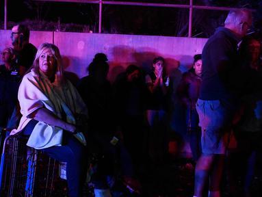 Darlene Jackson duduk di keranjang bersama pengunjung lainnya setelah pria bersenjata melepaskan tembakan ke Walmart di Thornton, Colorado, AS (/11). Insiden penembakan terjadi di dalam pusat perbelanjaan Walmart. (AAron Ontiveroz/The Denver Post via AP)