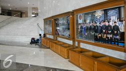 Sejumlah awak media tampak menunggu di ruang lobi gedung DPRD DKI Jakarta, Jumat (1/4/2016). KPK segel 4 ruangan Komisi D DPRD DKI terkait penangkapan Mohammad Sanusi dalam Operasi tangkap tangan (OTT). (Liputan6.com/Yoppy Renato)