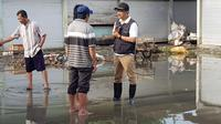Gus Ipul menemui korban banjir di Benjeng Gresik. (Dian Kurniawan/Liputan6.com)