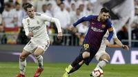 Striker Barcelona, Lionel Messi, menggiring bola saat melawan Real Madrid pada laga La Liga di Stadion Santiago Bernabeu, Sabtu (2/3). Real Madrid takluk 0-1 dari Barcelona. (AP/Andrea Comas)