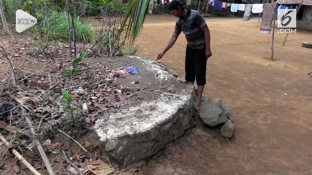 Belasan rumah di Purworejo mengalami keretakan di bagian tembok dan halaman. Hal ini dipicu oleh fenomena tanah bergerak.