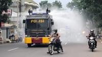 Petugas aparat dari Kepolisian Resor Kota Cimahi mengerahkan water canon untuk menyemprotkan disinfektan sebagai upaya mencegah penyebaran virus Corona. (Humas Polda Jabar)