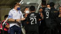 Pelatih Persib Bandung, Robert Alberts terlibat keributan dengan COO Bhayangkara FC, Sumardji di Stadion dr. H. Moch. Soebroto, Magelang, Sabtu (16/10/2021). (Bola.com/Bagaskara Lazuardi).
