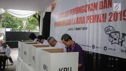 Ketua KPU Arief Budiman (dua kanan) bersama  Komisioner KPU melakukan pencoblosan saat menggelar simulasi Pemilu 2019 di halaman Gedung KPU, Jakarta, Selasa (12/3). (Liputan6.com/Faizal Fanani)