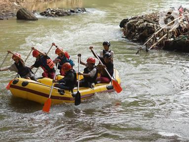 Anggota Federasi Arung Jeram Kota Depok (FAJI) berlatih di aliran Sungai Ciliwung, Depok, Jumat (26/6/2020). Latihan yang digelar tiga kali dalam seminggu itu diikuti atlet arung jeram Kota Depok serta anggota federasi lain yang menjadi calon atlet di masa depan. (Liputan6.com/Immanuel Antonius)