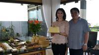 Berawal dari Deisy yang gemar membuat kue keju untuk anak-anaknya. Kini Amaro Cake dikenal sebagai salah satu ikon oleh-oleh khas Bandung.