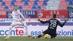 Bola rebound dari tendangan penalti yang gagal dilakukan oleh Zlatan Ibrahimovic langsung disambar Ante Rebic dengan tembakan kaki kanan. (Foto: AP/LaPresse/Spada)
