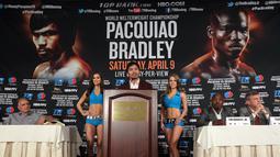 Manny Pacquiao memberi keterangan dalam konferensi pers sebelum bertanding 12 ronde melawan Timothy Bradley, Beverly Hills, California, USA (19/1/2016). Keputusan Pacquiao diambil demi dapat sepenuhnya mengabdi melayani publik. (AFP/CHRIS FARINA)