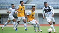 Skuat Persib Bandung menjalani sesi latihan di Stadion Gelora Bandung Lautan Api, Senin (8/3/2021). Tim Persib terus mematangkan diri sebagai persiapan menghadapi turnamen pramusim Piala Menpora 2021. (Foto: MO Persib)