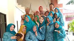 Kerap mengenakan seragam atau pakaian senada, penampilan Arumi tak pernah berbeda. Ia kerap menggunakan gaya hijab andalannya. Ini saat Arumi Bachsin menghadiri rapat pleno penutupan tahun bareng di PKK. (Liputan6.com/IG?@arumi_arumi_94)