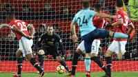 Kiper Manchester United David de Gea mengamati lanjutan laga Premier League saat timnya menjamu AFC Bournemouth di Old Trafford, Rabu (13/12). Manchester United unggul hanya 1-0 atas AFC Bournemouth lewat gol Romelu Lukaku. (Oli SCARFF / AFP)