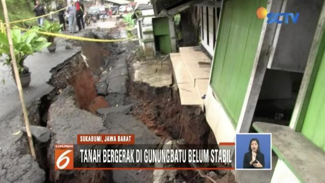 Akibat jalan ambles di Gunungbatu, Sukabumi, petugas berlakukan sistem buka tutup dua arah untuk kendaraan.