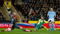 Striker Manchester City, Sergio Aguero (kanan), mencetak gol ke gawang Norwich City pada laga Piala FA babak ketiga di Carrow Road, Norwich, Sabtu (9/1/2016) malam WIB. (AFP/Lindsey Parnaby)