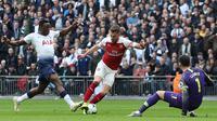 Gelandang Arsenal, Aaron Ramsey, berusaha membobol gawang Tottenham yang dijaga Hugo Lloris pada laga Premier League di Stadion Wembley, London, Sabtu (2/3). Kedua klub bermain imbang 1-1. (AFP/Daniel Leal-Olivas)