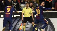 Striker Barcelona Lionel Messi (kanan) melakukan protes karena golnya tidak diakui wasit pada laga melawan Valencia di Stadion Mestalla, Valencia, Minggu (26/11/2017). (AFP/Jose Jordan)