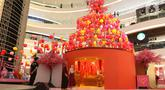Pengunjung melihat instalasi spring lights di Atrium Senayan City, Jakarta, Rabu (22/1/2020). Jelang Tahun Baru Imlek, Senayan City menghadirkan instalasi Mega Brown setinggi 2,5 meter dan Pop Up Shop terbesar yang bisa dinikmati mulai 17 Januari sampai 9 Februari 2020.(Liputan6.com/Herman Zakharia)
