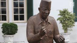 Patung Presiden pertama RI Sukarno dengan pose 'Kawan Revolusi' di depan Museum Fatahillah, kawasan Kota Tua, Jakarta, Rabu (15/11). Patung-patung tersebut memperlihatkan Sukarno dengan berbagai pose. (Liputan6.com/Immanuel Antonius)