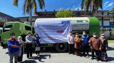 Penyerahan bantuan 14 ton Liquid Medical Oxygen ke Provinsi Sumatera Barat di Kota Padang, Rabu (15/9).