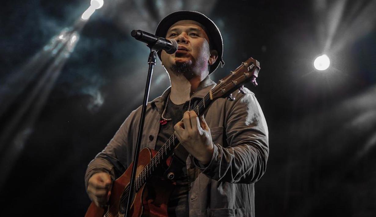 Saat tampil di Jatim Fair 2019, Padi Reborn membawakan lagu-lagu andalan band tersebut. Mulai Mahadewi, Semua Tak Sama, Love of My Life, Kasih Tak Sampai dan juga Begitu Indah. (Liputan6.com/IG/@jatimfair)