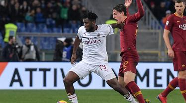 Duel antara Franck Kessie dan Zaniolo pada laga lanjutan Serie A yang berlangsung di stadion Olimpico, Roma, Senin (4/2). AC Milan imbang 1-1 kontra AS Roma. (AFP/Tiziana Fabi)