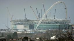 Didirikan pada tahun 1922, Wembley direnovasi pada 1963, lalu dibangun ulang tahun 2003 karena pada tahun 2002 ditutup dan dirubuhkan. Stadion ini resmi dibuka tahun 2007 dan mencapai rekor penonton terbanyaknya ketika final Piala FA 2008, yaitu 89.874 penonton. (Foto: AFP/Adrian Dennis)