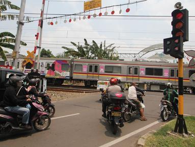 Sejumlah kendaraan berhenti di pintu perlintasan kereta api Bintaro Permai yang tidak berfungsi di Jakarta, Kamis (25/10). Menurut warga sekitar, pintu perlintasan tersebut sudah sejak beberapa bulan terakhir tidak berfungsi. (Liputan6.com/Angga Yuniar)