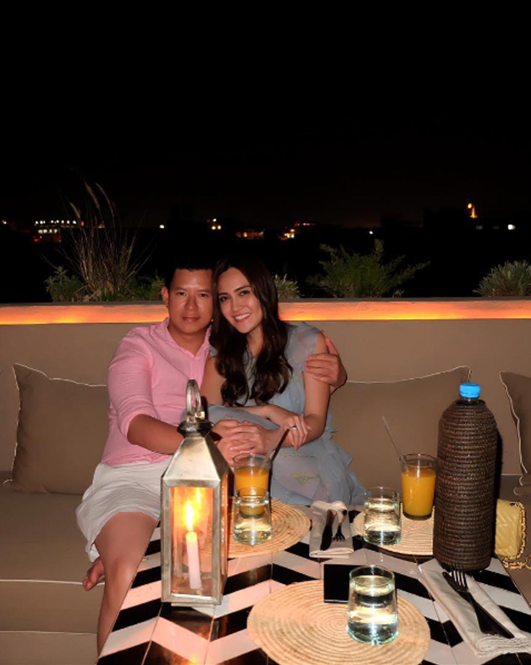 Aktris Shandy Aulia berpelukan dengan sang suami, David Herbowo saat menikmati suasana malam di kota Marrakech, Maroko. (Instagram/@ShandyAulia)