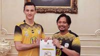 Pemain asing anyar Barito Putera, Danilo Sekulic (kiri) dengan CEO Hasnuryadi Sulaiman. (Bola.com/Gatot Susetyo)