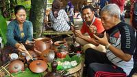 Jenis kue tradisional tempo dulu yang dijual di sini antara lain Jenang, Gerendul. (Liputan6.com/Dian Kurniawan)