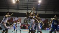 Para pebasket Satria Muda dan Pelita Jaya berebut bola pada laga IBL seri 1 di Hall A Senayan, Jakarta, Sabtu (16/1/2016). (Bola.com/Vitalis Yogi Trisna)