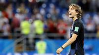 4. Luka Modric (Kroasia) - Kapten Kroasia ini berhasil membawa negaranya melangkah hingga perempat final Piala Dunia 2018. Penghargaan Ballon d'Or kemungkinan bisa diraihnya jika mampu membawa negaranya berjaya di Piala Dunia. (AP/Vadim Ghirda)